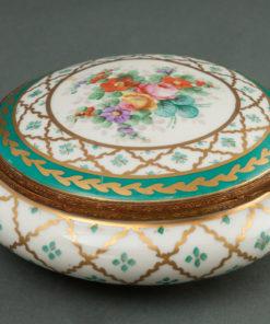 Фарфоровая шкатулка XIX века Sevres Франция.