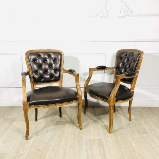 Винтажные парные кожаные кресла в стиле Людовика XV из Франции.